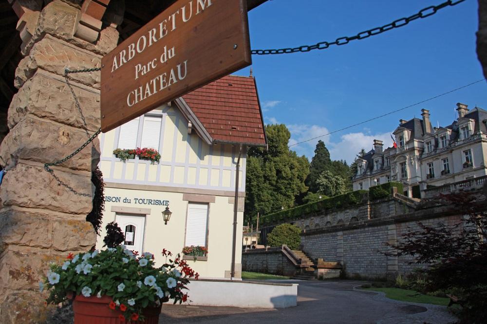 Entre-Office-Tourisme-Chteau-Arboretum-fleuri-ciel-bleu